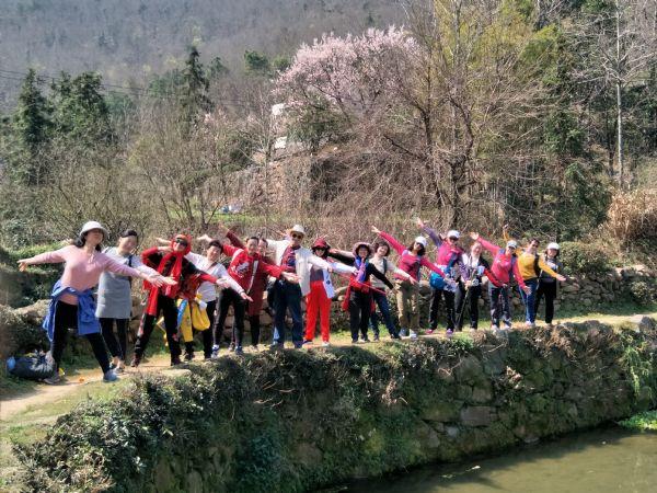 盟员们一路欣赏着风景,享受着春日的暖阳和新鲜的空气向目的地出发.