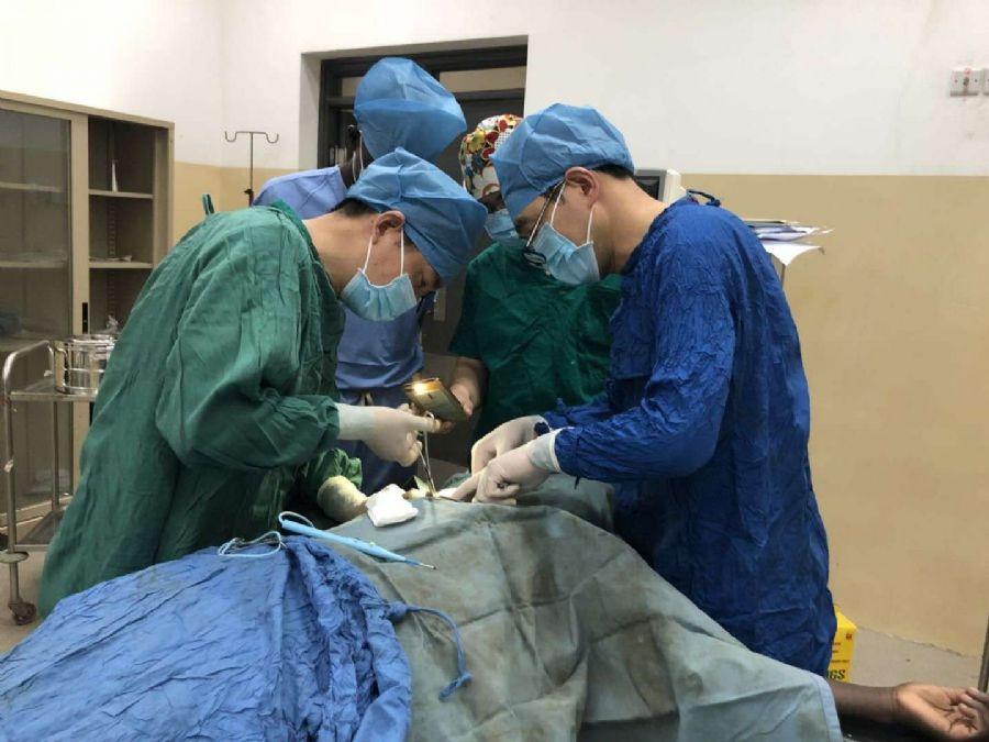 盟员王永胜在南苏丹开展医疗援助工作