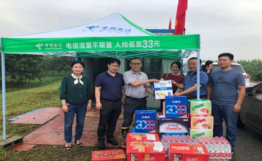 民盟安庆迎江总支组织盟员上江堤慰问防汛工作人员