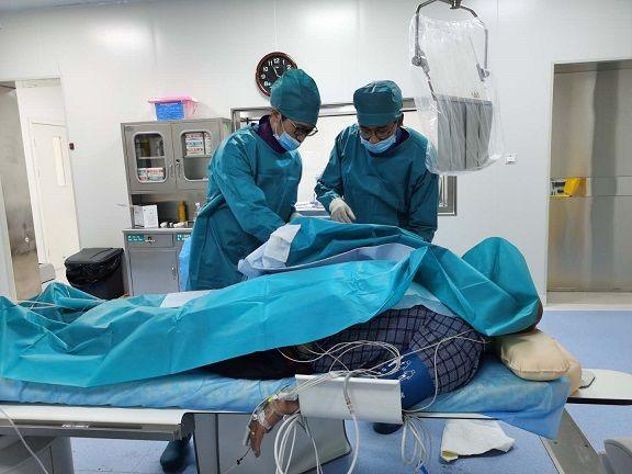 盟员陈海燕在西藏山南市开展冠脉介入手术